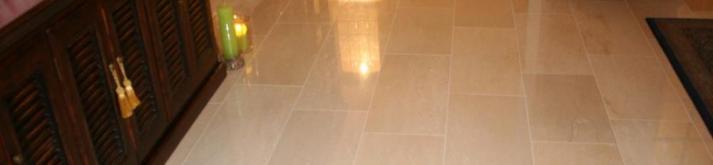 Gepolijst tegels - gepolijsttegelsnlklanten5kopie, Mooie contrast licht gepolijste vloertegel met donkere meubels.